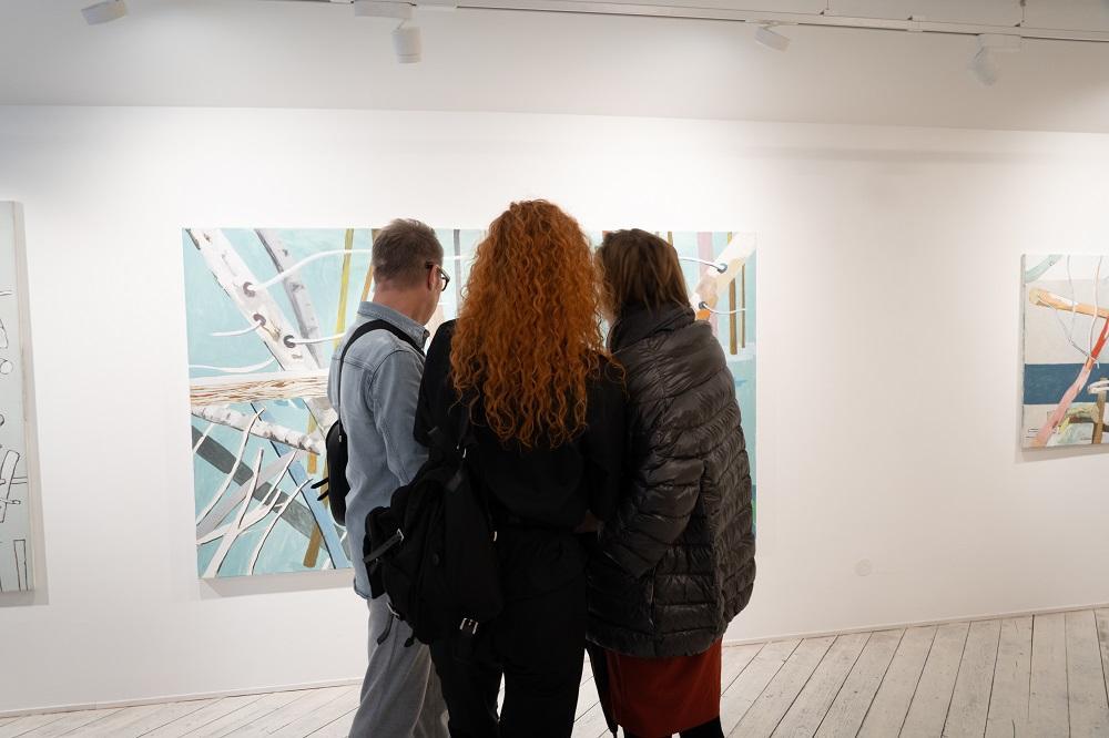 BesucherInnen im Gespräch vor Arbeiten von Alois Mosbacher